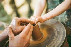 Garncarka uczy sculpt glinianego garnek Obrazy Royalty Free