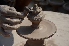 Garncarka w robić garnkowi naprzeciw dla Gangour festiwalu w Rajasthan Bikaner zdjęcie stock