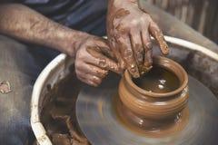 garncarstwo Mistrz przy garncarki ` s kołem, produkuje naczynie glina obraz stock