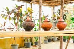Garncarstwo umieszcza na bambusowych stojakach obraz royalty free