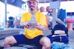 Garncarstwo, warsztat, ceramiki sztuki pojęcie - zbliżenie na męskich rękach sculpt nowego naczynie z narzędzia i woda obraz stock