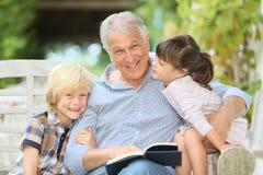 Garndfather het vertellen verhaal aan kinderen royalty-vrije stock afbeelding