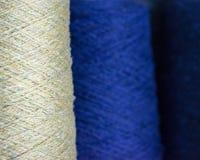 Garne der Wolle rollt Spulen zusammen stockfotos