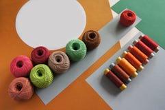 Garne von Threads für das Stricken in den verschiedenen Farben auf einem Gelben und ein grün lizenzfreies stockfoto