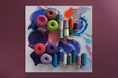 Garne von Threads für das Stricken in den verschiedenen Farben auf einer Palette lizenzfreie stockfotografie