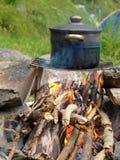 Garnek nad ogieniem na naturze Obraz Royalty Free