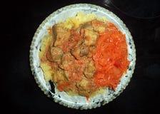 garnek pieczeń z grulami i caponata warzywami obrazy stock