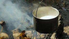 Garnek z jaglaną owsianką na ognisku zdjęcie wideo