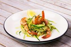 Garnela z zucchini kluskami Krewetki z warzywami i cytryną zdjęcia royalty free