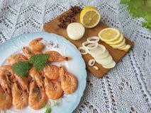 Garnele auf einer Platte mit mit Zwiebel und Zitrone Lizenzfreies Stockfoto