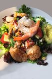 Garnele bogt Avocado-Salat in der Vertikale aus stockfotos