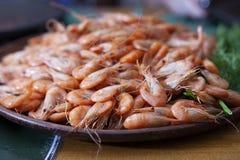 garnele Garnelenlüge auf einer Platte Gekochte essfertige Garnele Ein großer Teller von kleinen Garnelen lizenzfreies stockbild