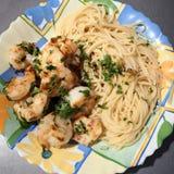 Garnele gotować w maśle, słuzyć z spaghetti i pietruszką zdjęcia royalty free