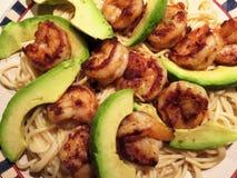Garnele mit Avocado und Teigwaren lizenzfreie stockfotografie