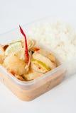 Thailändisch nehmen Sie Nahrung, Garnelenzitronensoße mit Reis weg Lizenzfreie Stockfotos
