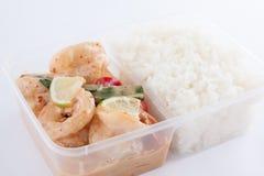 Thailändisch nehmen Sie Nahrung, Garnelenzitronensoße mit Reis weg Stockbild