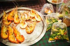 Garnele piec przy ulicznym karmowym Bangkok i jedzenie w plastikowym worku Obraz Royalty Free