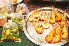 Garnele piec przy ulicznym karmowym Bangkok i jedzenie w plastikowym worku Zdjęcie Royalty Free