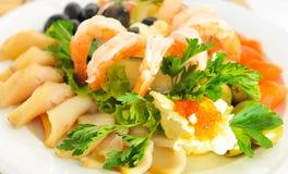 Garnele, roter Fisch, gedient mit rotem Kaviar und Oliven. Lizenzfreie Stockfotos