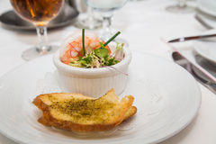 Garnelen-Aperitif mit Knoblauch-Brot Lizenzfreies Stockbild