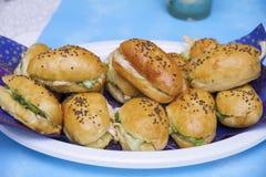 Garnelen auf einem Bett des Kopfsalates, des Hüttenkäses und des wohlschmeckenden Biskuites Lizenzfreies Stockfoto