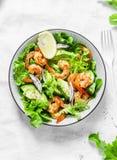 Garnelen, Avocado, Gartenkrautsalat - köstlicher gesunder Snack, Aperitifs, Tapas auf einem hellen Hintergrund, Draufsicht Stockfotos