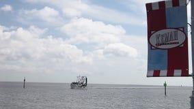 Garnelen-Boot, das zu Kemah-Jachthafen zurückgeht stock footage