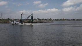 Garnelen-Boot, das zu Kemah-Jachthafen zurückgeht stock video