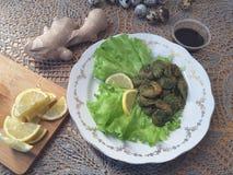 Garnelen in grünem Nesseln Tempura, vegetarisches Lebensmittel kochend Stockfotos