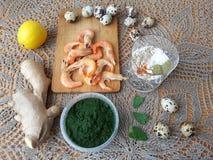 Garnelen in grünem Nesseln Tempura, vegetarisches Lebensmittel kochend Stockbild