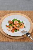 Garnelen mit mangetout Erbse und Tomate Lizenzfreies Stockfoto