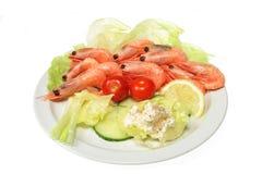 Garnelen mit Salat stockbilder