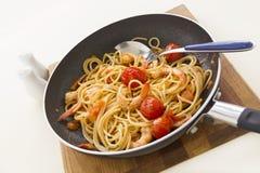 Garnelen und Spaghettis in Pan Lizenzfreie Stockbilder