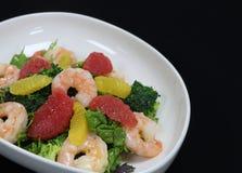 Garnelen und Zitrusfruchtsalat in einer dienenden Schüssel stockfotos