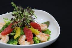 Garnelen und Zitrusfruchtsalat in einer dienenden Schüssel stockfoto