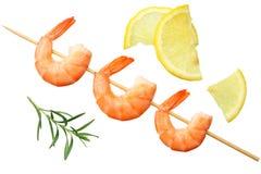 Garnelenaufsteckspindeln mit der Zitrone und Rosmarin lokalisiert auf einem weißen Hintergrund Beschneidungspfad eingeschlossen lizenzfreie stockbilder