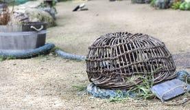 Garnelenkorb: alte unbenutzte Krabbennetzküstenlinie in Frankreich Lizenzfreies Stockfoto
