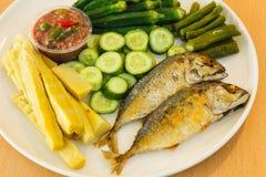 Garnelenpaste mit gebratener Makrele und Gemüse Stockfotos