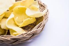 Garnelenreis-Crackernahrung auf weißem Hintergrund stockfotos