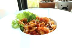 Garnelenspaghettis auf weißem Teller lizenzfreies stockfoto