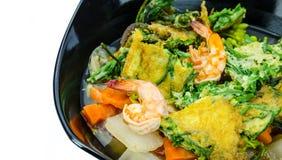 Garneli i omletu korzenny zupny tropikalny Tajlandzki styl obrazy stock
