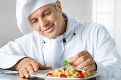 Garnera en gourmet- maträtt Fotografering för Bildbyråer