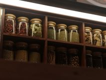 Garnera torrt material som packas i trähylla för klara glasflaskor arkivbild