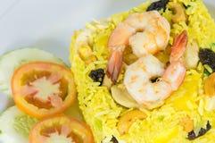 Garnerade gula Fried Rice med räkor Arkivbilder