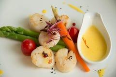 garnerar seared gourmet- kammusslor Fotografering för Bildbyråer