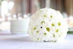 Garnering av att äta middag tabellen för bröllopmottagande royaltyfri fotografi