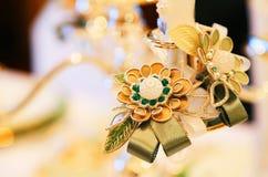 Garnering av blommatillbehör på tabellen Royaltyfri Foto