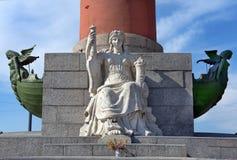 Garnering av en Rostral kolonn i St Petersburg, Ryssland Fotografering för Bildbyråer