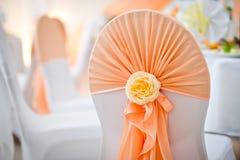 Garnering av en stol på en bröllopbankett på restaurangen royaltyfria foton