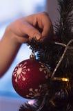 Garnering av ett träd för nytt år Arkivfoto